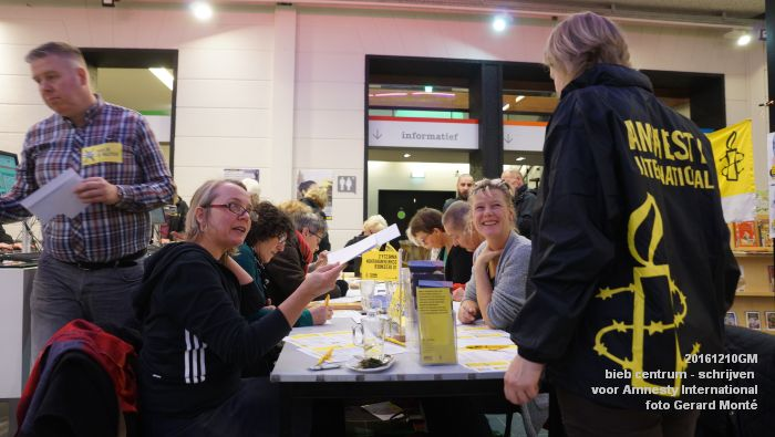 DSC01887- bieb centrum - Schrijven voor Amnesty International - 10december2016 - foto GerardMontE web